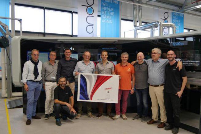 L'équipe Prenant devant la presse nanographique au siège social de Landa en Israël.