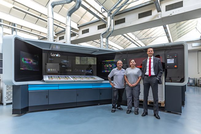 La première Landa européenne avec ses deux opérateurs à gauche et le PDG Oliver Bruns du groupe allemand Edelmann.