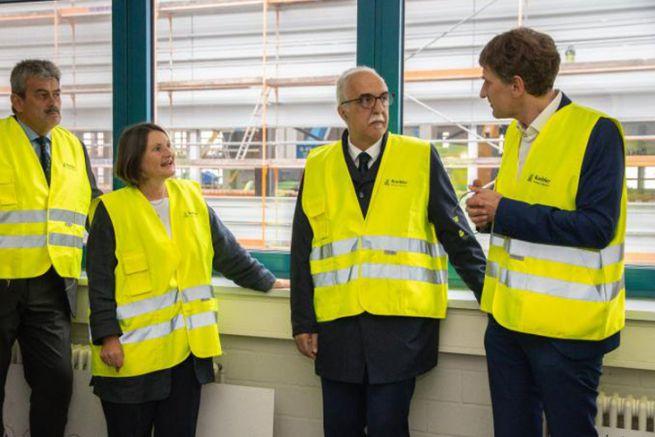 Bärbel Schäfer présidente du district et Stefan Karrer responsable technologie lors de la remise du permis