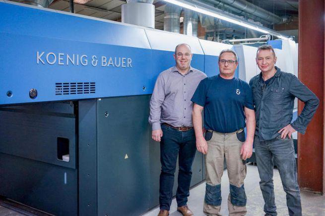 L'équipe de l'imprimerie Bellêmoise devant leur première presse offset Koenig & Bauer