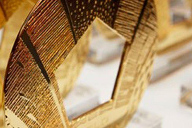 Les trophées sont des disques en métal, œuvres de l'artiste américain Christian Heckscher.