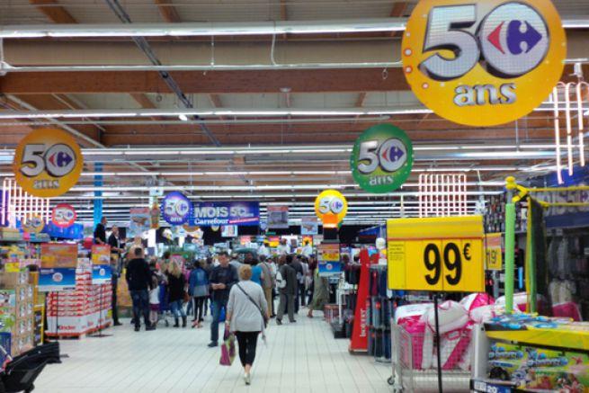 Une allée de magasin à Caen.