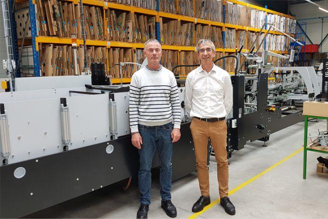 Franck Gasse, responsable de l'atelier pliage-collage, et Christian Sarrade, directeur de production d'Adine.