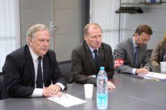 Le vice-président de la région, Pierre de Saintignon (à gauche), rapporte sa discussion de la veille avec la direction d'Arjowig