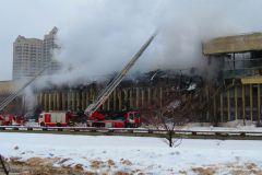 De la fumée s'échappait encore samedi à 17 heures, soit plus de 19 heures après que l'alerte ait été donnée (© Putnik)