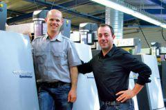 David Boisson (à gauche), directeur de l'imprimerie Imp'act, pose avec son associé Alexis Alvarez devant la Speedmaster XL 106