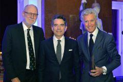 Jean-François Decaux (au centre), co-directeur de JCDeaux, a reçu au nom de son père Jean-Claude Decaux, le Prix FEPE Lifetime.