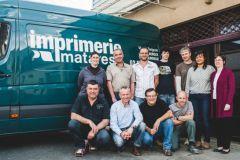 L'équipe de l'imprimerie d'Indre, avec, en bas à gauche, les deux co-directeurs, Stéphane Martinat puis Nicolas Chapeyrou.