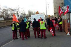 Le 13 janvier, des salariés tenant un piquet de grève devant le site JCDecaux de Gennevilliers dans les Hauts-de-Seine.