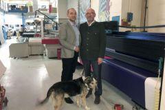 Hugo et Jean-François Chanteur (et Velcro) dans leur atelier parisien devant l'Anapurna M3200i d'Agfa.