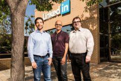 Jeff Weiner, directeur général de LinkedIn, Satya Nadella, directeur général de Microsoft, et Reid Hoffman, président du conseil