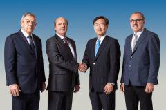 Le président d'Epson, Minoru Usui ( à la 3e place) aux côtés de (de g. à d.) Sandro, Valerio et Riccardo Robustelli.