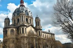Les bâches publicitaires financent une partie des travaux de rénovation des églises parisiennes.