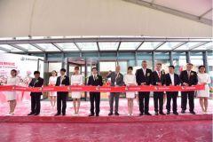 Coupe du ruban lors de l'inauguration du nouveau INKube de Siegwerk à Shanghai.