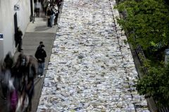 Un collectif d'artistes recouvre les rues de Toronto de 10 000 livres.