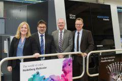 Les dirigeants de Colordruck Baiersbronn (au centre), Thomas Pfefferle et Martin Bruttel, entourés de l'équipe Heidelberg.