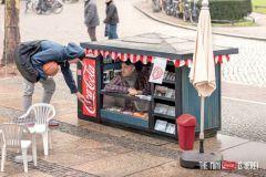 A Berlin, Coca-Cola a fait la promotion de ses canettes de 15 ml en installant des mini kiosques.