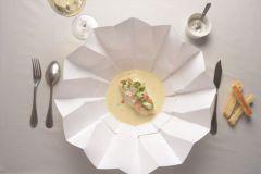 Emballage breveté qui se transforme en assiette de l'entreprise parisienne de restauration livrée à domicile TipToque.