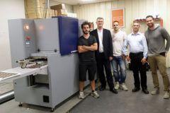 L'équipe qui a installé la machine avec Rafael Mari, cogérant de Realisaprint.com à droite.
