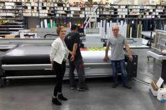 L'équipe de Publicité François devant la Nyala 2 de swissQprint.