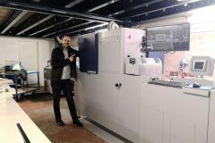 Sébastien Fleury, PDG de l'imprimerie, et la JETvarnish 3DS.