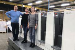 Erick Barette, dirigeant de l'Imprimerie Vallée et ses conductrices offset, Lucie Langlet et Anaïs Gaudry.