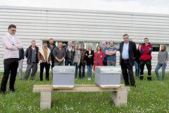 Gilles Colin, directeur général (à gauche), Philippe Colin, président (à droite), les salariés et les ruches.