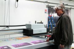 Bertrand Debierre, responsable production numérique de Formes et Sculptures, avec l'Impala3 led UV de SwissQprint