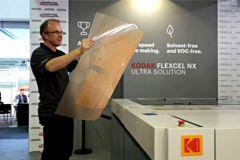 Francis Corrégé, directeur du centre de technologie flexo zone EMEA, présente le cliché flexo Kodak Flexcel NX Ultra