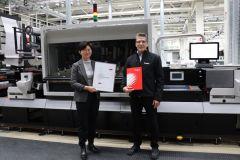 Yuan Li de l'institut Fogra aux côtés de Jochen Schäffner, consultant couleurs de Canon.