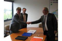 Poignée de main historique entre le représentant de KBA et Pierre Richard, président du groupe d'imprimerie Sego