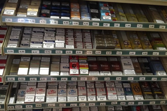 Exit les graphismes des marques sur les paquets de cigarettes, les paquets neutres sont tous pareils.
