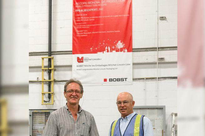 Pierre Aubry, vice-président, et Jimmy Garfinkle, président d'Emballages Mitchel-Lincoln, devant une affiche certifiant le recor